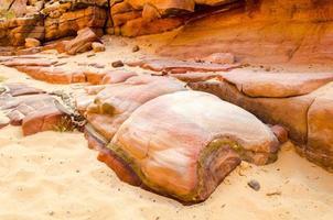 stora stenar i sanden foto