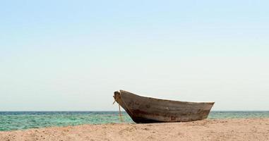 gammal båt på sanden foto