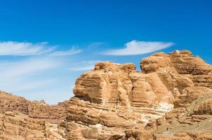 ljusbruna klippformationer och blå himmel