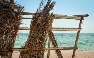 närbild av en förfallen hydda på stranden