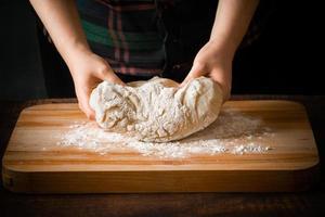en kock som förbereder pizzadeg foto