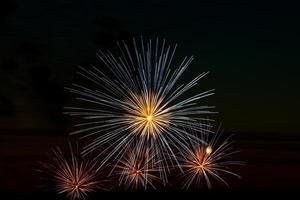 festliga fyrverkerier på himlen för en semester foto