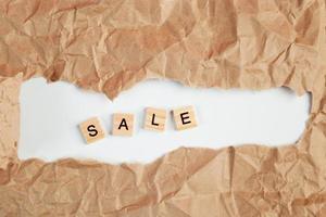 svart fredag försäljningstext i sönderrivet hantverkspapper foto