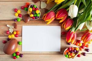 påsk sammansättning av chokladägg och tulpaner foto