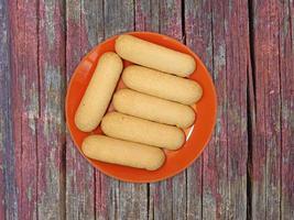 kakor på en röd platta på en träbordbakgrund foto
