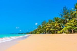 vacker tropisk strand och hav
