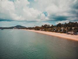 Flygfoto över en tropisk strand i Koh Samui Island, Thailand