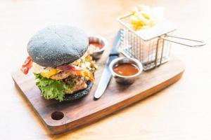 hamburgare med svart bröd foto
