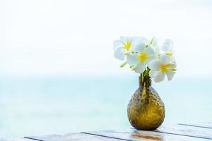 vas på träbord med havsbakgrund