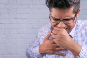 närbild av man hostar