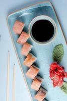 sushirullar toppade med sesamsidesås foto