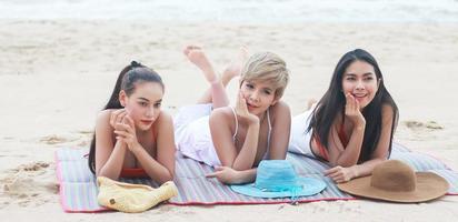grupp flickvänner glada på den vackra sommarstranden