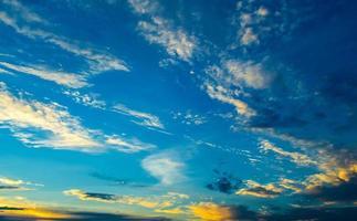 blå himmel och rörliga moln, naturens skönhet foto