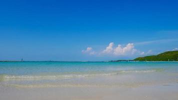 landskap av sommarstrand och blå himmel foto