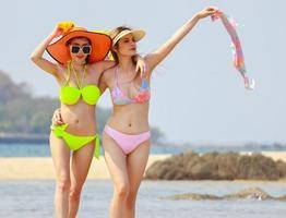 vackra asiatiska kvinnor glada och avslappnade på en sommarsemester
