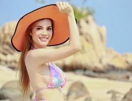 vacker asiatisk kvinna njuter av en semester på en vacker tropisk strand