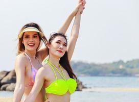 vacker asiatisk kvinna glad och avslappnad på en sommarsemester