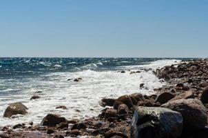stenig strand och vågor