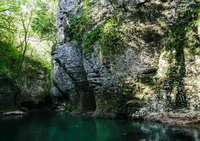 flod med klippor