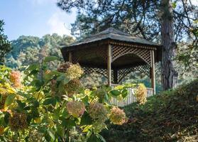 lusthus i en trädgård