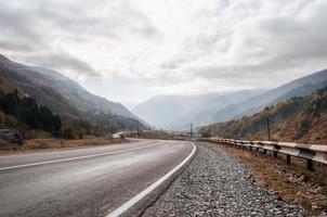 bergsväg och himmel med moln