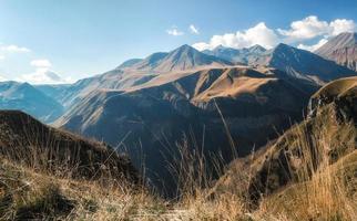 bergslandskap med blå himmel och moln