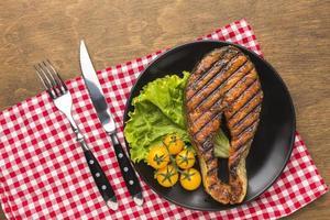 grillad fisk med sallad, ovanifrån foto