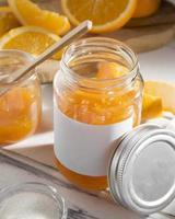 högvinkel transparent glasburk med orange sylt foto