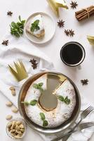 platt låg epiphany day dessert med ingredienser och kopia utrymme foto