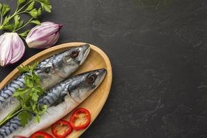 platt låg fisk på mörk bakgrund foto