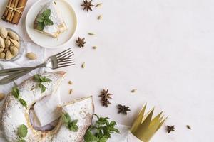 platt låg epiphany day dessert med ingredienser kopia utrymme foto