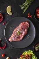platt låg rått kött koncept foto