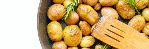gyllene rostade potatisar i huden foto