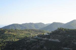landskap i ett bergigt område med olivträdplantager foto