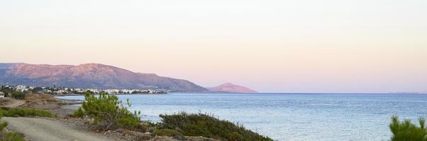marinmålning i skymningen med bakgrundsbergen foto
