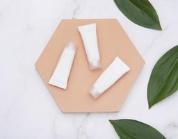 vita rör med grädde på en marmorbakgrund foto