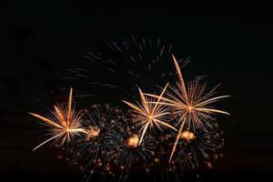 festliga fyrverkerier på natthimlen foto