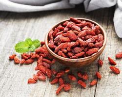 torra röda goji bär för en hälsosam kost foto