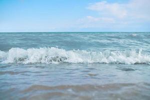 strand med vågor från havet foto