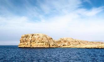 klippformationer i havet foto