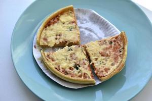 billig liten pizza med ostnärbild på en tallrik foto