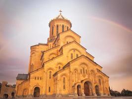 tbilisi, georgien 2020 - panoramautsikt tbilisi heliga treenighetskatedralen med regnbågsbakgrund foto