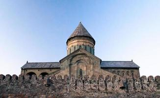 gammal kyrka i georgien mot en blå himmel foto