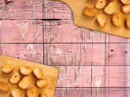 skivad rostat bröd på en träskärbräda på en träbordbakgrund foto