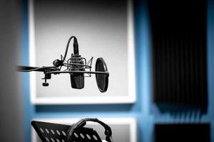 mikrofon i studion redo att spela in röst och musik foto