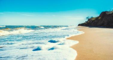 tom strand under dagen foto