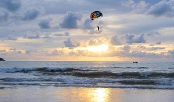 parasailing patong, phuket, thailand foto