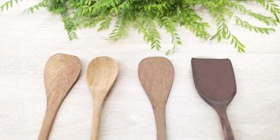 träskedar och vändare på en vit träbakgrund foto