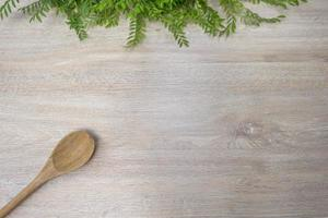 träsked på en vit träbakgrund foto
