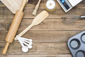 bageri- och matlagningsverktyg med köketimer och vågar på ett träbord